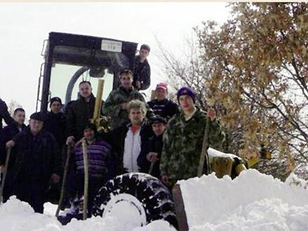 Čovek iz naroda: Zaaharijev (u beloj trenerci) na terenu FOTO bosilegrad.org