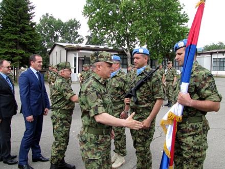 General Simović se pozdravlja sa pripadnicima mirovne misije; Foto: D. Ristić