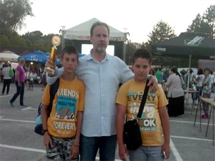Učitelj Miomir Dejanović sa učenicima; Foto: YouTube printscreen