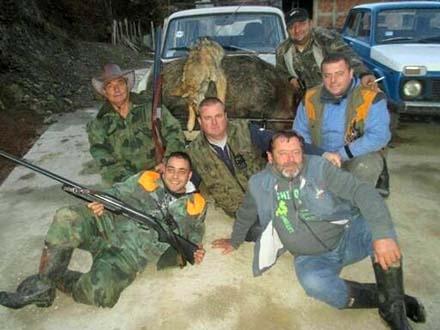 Lovci sa svojim ulovom. Foto: FB