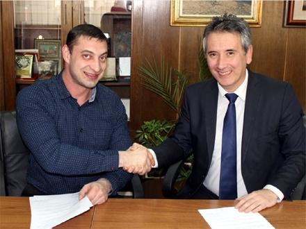 Komarov i Milenković prilikom potpisivanja ugovora FOTO: vranje.org.rs