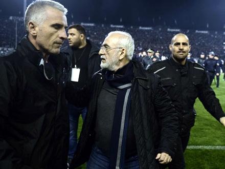 Ivan Savidis (u sredini) neposredno nakon incidenta FOTO: AP