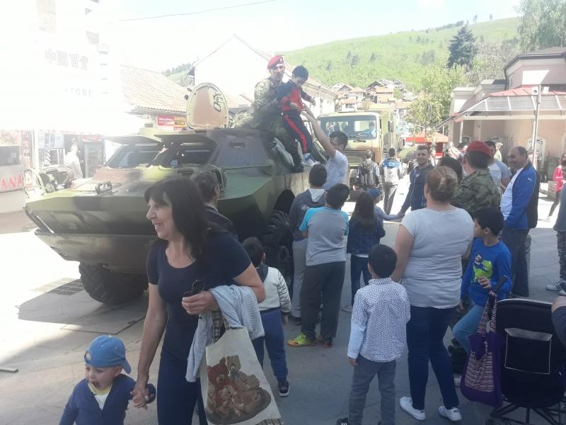 Deca i vojnici u centru Surdulice. Foto: Privatna arhiva