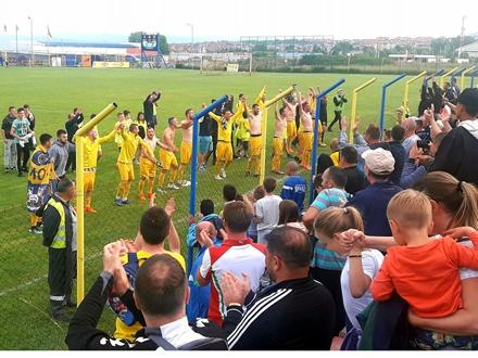 Igrači Dinama se zahvaljuju publici na popdršci FOTO: N. Dimčić/OK Radio