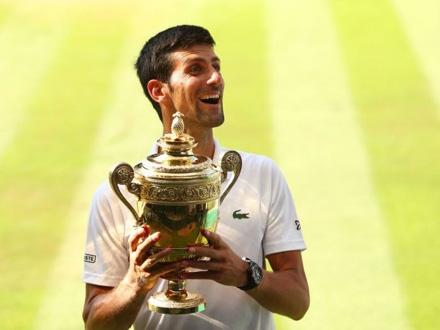 Đoković sa vimbldonskim trofejem FOTO: Getty Images