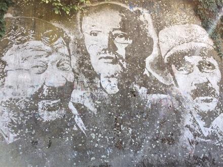 Pavle Vuisić, Mustafa Nadarević, Boris Dvornik na zida kraj Save Foto: BBC