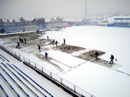U čišćenju stadiona u Surdulici pomogli navijača FOTO: FK Radnik