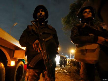 Policija obezbeđuje mesto napada na autobus u Gizi