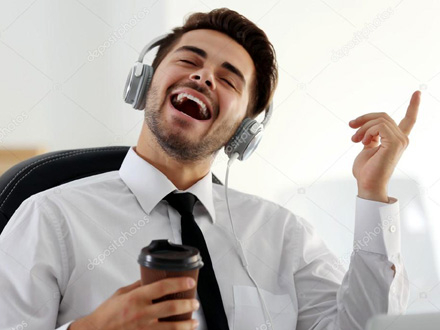 Muzika na poslu podstiče kreativno razmišljanje FOTO: Depositphotos