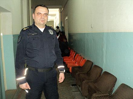 Nebojša Stamenković u hodniku gd eje pronašao novčanik. Foto: S.Tasić/OK Radio
