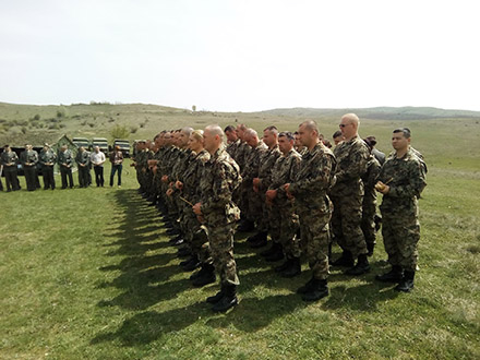 Pripadnici Četvrtebrigade KOV odaju poštu stradalima. Foto: S.Tasić/OK Radio