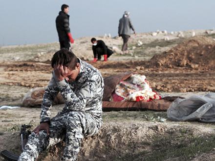 U grobnici tela više desetine ubijenih Kurda FOTO: AP