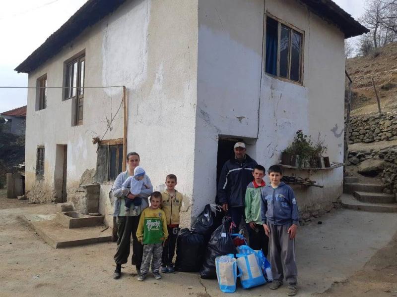 Porodica Trajković ispred svoje kuće. Foto: OK Radio