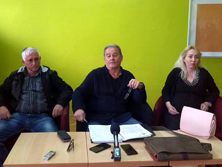 Advokat Aleksić (u sredini) sa Dijaninom majkom i dedom FOTO: D. Ristić/OK Radio
