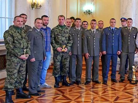 Dalibor Stojanović i Miloš Trajković (u maskirnim uniformama) FOTO: Ministarstvo odbrane