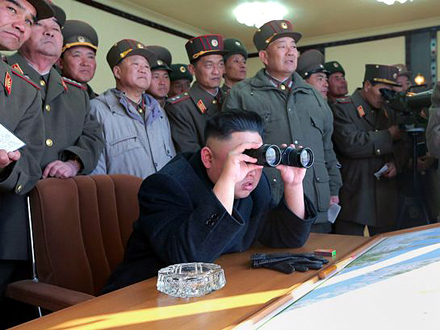 Kim Džing Un nadgledao vojnu vežbu FOTO: AFP