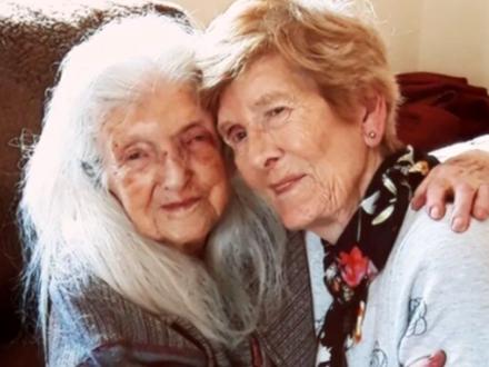 Ajlin Mekin sa svojom majkom FOTO: Printscreen