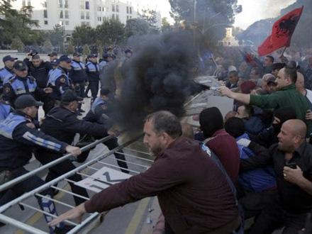 Policija ne uzvraća na napade FOTO: EPA-EFE