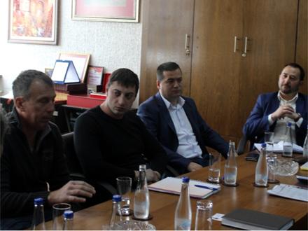 Aleksandar Komarov (drugi s leva) u Gradskoj upravi pre otvaranja FOTO: vranje.org.rs