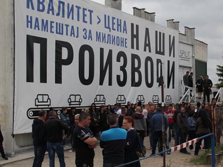 Radnici ispred pogona u Vranju. Foto: S.Tasić/OK Radio