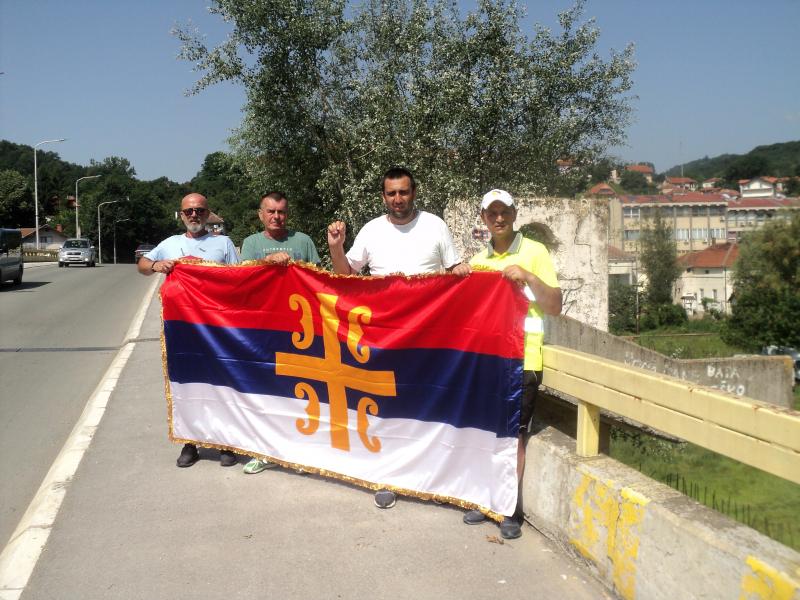 Gosti iz Istočnog Sarajeva na bombardovanom mostu u Vladičinom Hanu. Foto: S.Tasić/OK Radio