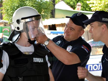 Najmlađi Vranjanci sa vranjskim policajcima FOTO: G. Mitić/OK Radio