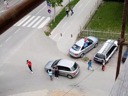 Ćaskanje na sred raskrsnice FOTO: S.Đ./OK Radio