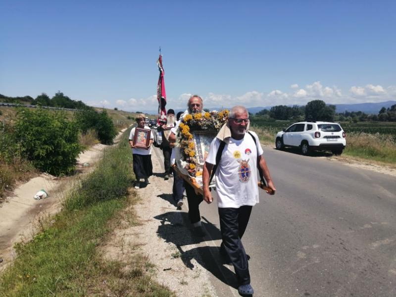 Hodočasnici na putu između Vranja i Bujanovca. Foto: S.Tasić/OK Radio