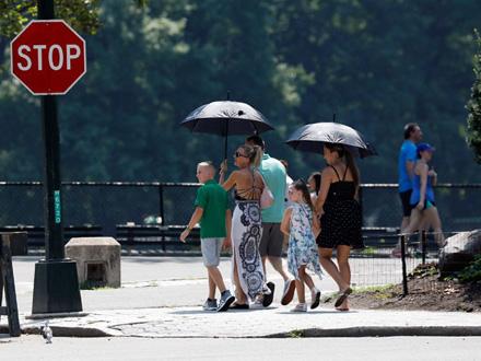 Evakuisano je oko 250 ljudi iz jednog staračkog doma FOTO: EPA