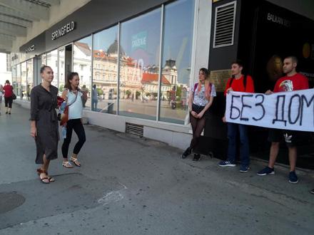 Izvršiteljka dolazi na lice mesta FOTO: Krov nad glavom NS Facebook printscreen