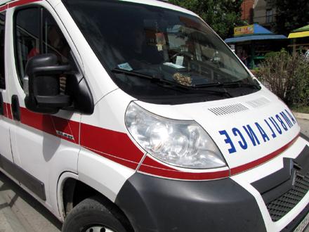 Metalnom šipkom polomio staklo na sanitetskom vozilu FOTO: OK Radio