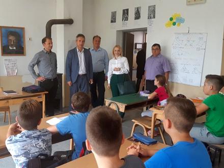 Obećanje za nove klupe i stolariju FOTO: vranje.org.rs