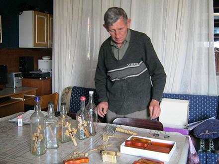 Vlasta Jnajić sa svojim figuricama i flašama. Foto: S.Tasić/OK Radio