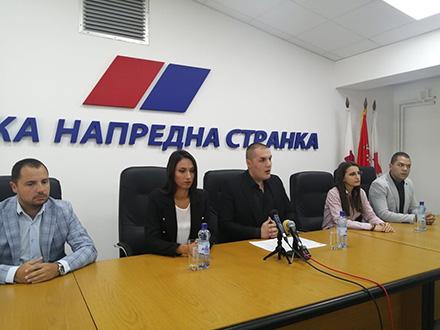 Sa konferencije za novinare u prostorijama SNS. Foto: S.Tasić/OK Radio