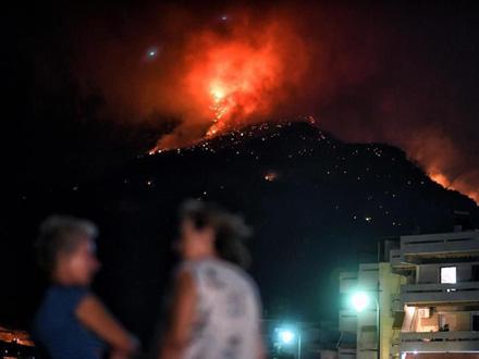 Evakuisano 300 meštana i turista FOTO: Twitter
