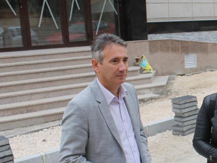 Gradonačelnik Milenković ispred zgrade pozorišta FOTO: vranje.org.rs