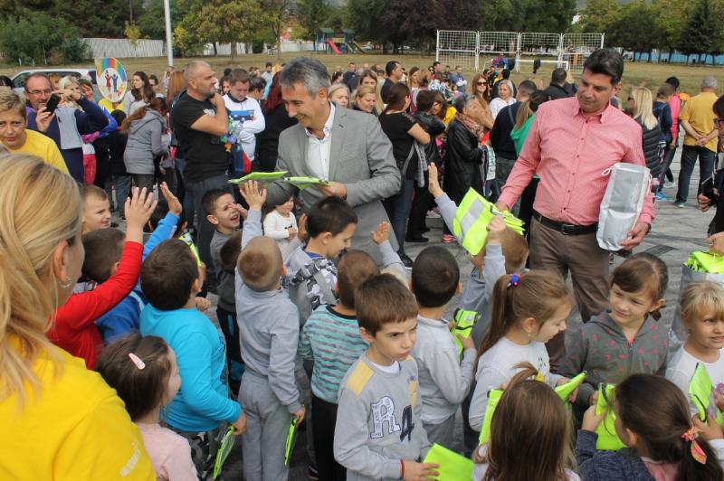 Gradonačelnik sa decom. Foto: vranje.org.rs