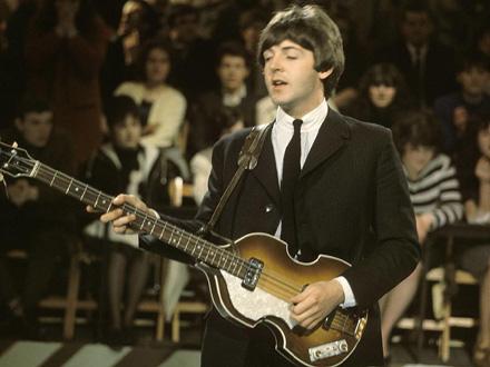 Pol sa legendarnom Hofner gitarom FOTO: David Redfern