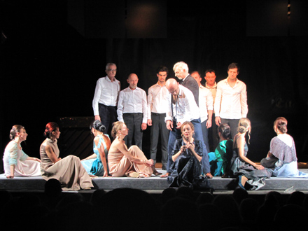 Publika je burno pozdravila ansambl vranjskog pozorišta FOTO: D. Ristić/OK Radio