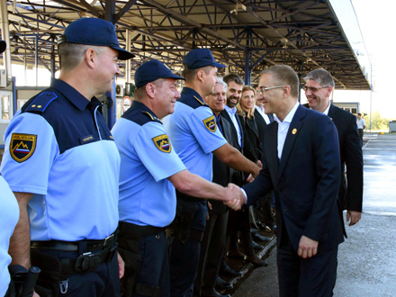 Ministar Nebojša Stefanović obišao srpske i slovenačke policajce FOTO: MUP
