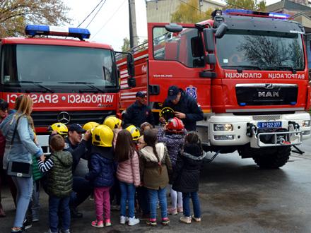 Predškolci u poseti vatrogascima FOTO: G. Mitić/OK Radio