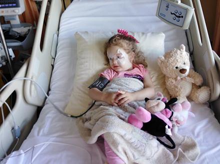 Mala Hana posle operacije u Švajcarskoj. FOTO: Lična arhiva