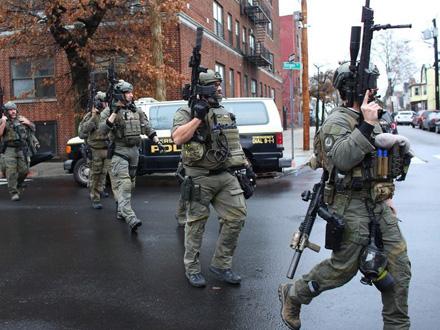 Policija je odregovala na napad dvojice osumnjičenih FOTO: AFP