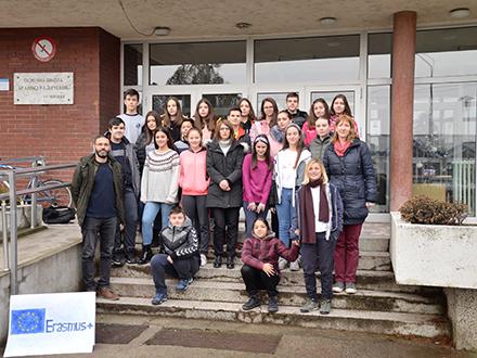 Brankovci ispred svoje škole. Foto: Promo