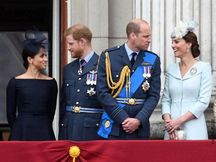 Prinčevi Hari i Vilijam sa suprugama, Megan Markl (levo) i vojvotkinjom Kejt (desno)