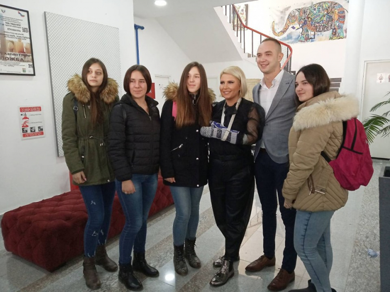 Dea Đurđević sa đacima u Surdulici. Foto: D.Milošević/OK Radio