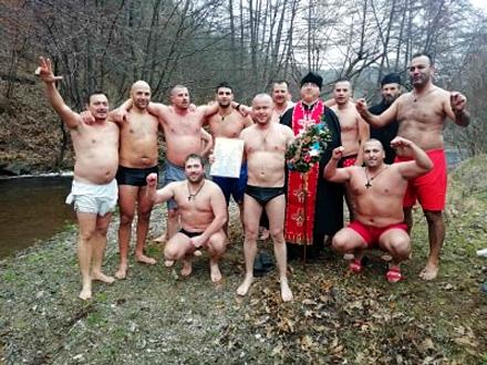 Hrabri plivači u ledenoj Pčinji FOTO: Facebook/M. Filipović