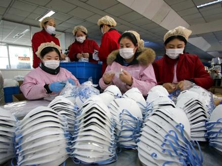Izrada zaštitnih maski u Vuhanu FOTO: EPA-EFE