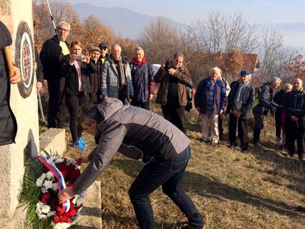 Milenković polaže venac kraj spomen-obeležja FOTO: vranje.org.rs