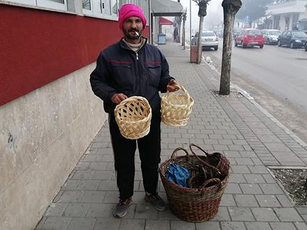 Safet Demirović sa svojim korpicama. Foto: S.Tasić/OK Radio